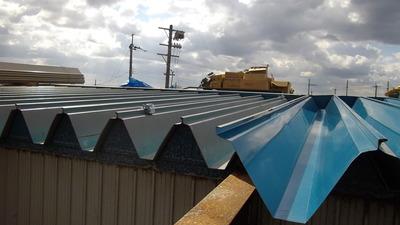 新潟県三条市の倉庫屋根改修工事 折板のカバー工事