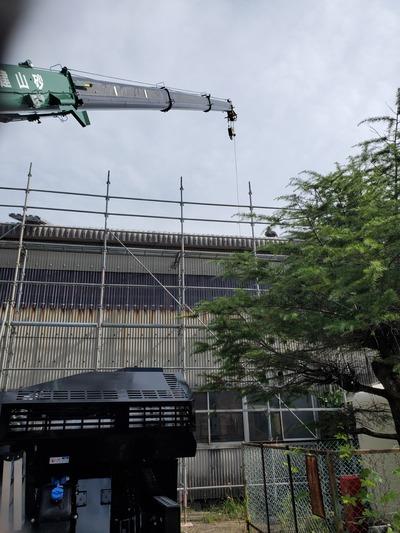 新潟県三条市の屋根外壁塗装リフォーム専門店遠藤板金工業有限会社 屋根カバー工事、クレーン荷上げ作業