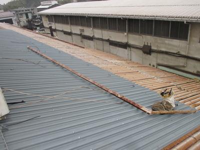 新潟県三条市の屋根外壁塗装リフォーム専門店 スレート大波屋根のカバー工事