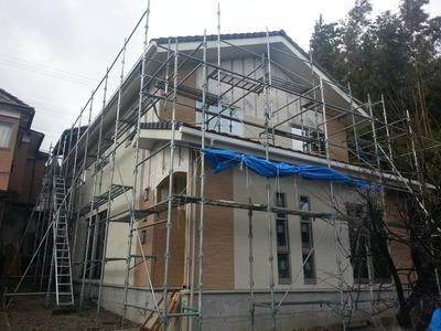新潟県三条市の屋根外壁工事専門店《遠藤組》ニチハの外壁材を貼っています。