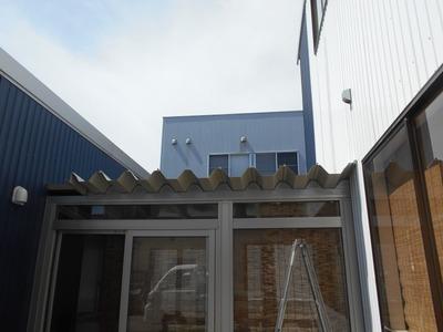 新潟県三条市の屋根外壁塗装リフォーム専門店遠藤組 通路屋根折板カラーGL葺き