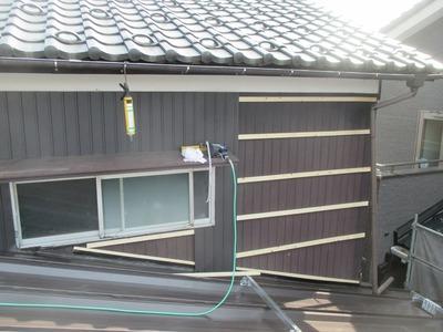新潟県三条市の屋根外壁塗装リフォーム専門店 外壁角波カラーガルバリウム鋼板を貼っています。
