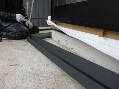 新潟県三条市の屋根外壁専門店遠藤板金工業有現会社 土台水切り取り付け