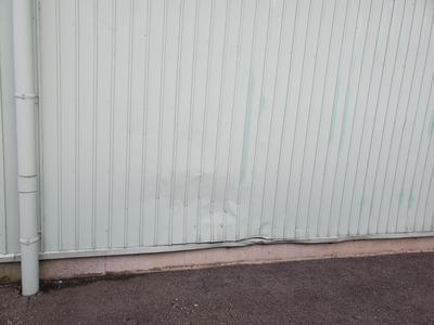 新潟県三条市の外壁板金塗装工事専門店「遠藤組」外壁カラー鉄板の凹み、腐食部分の板金塗装