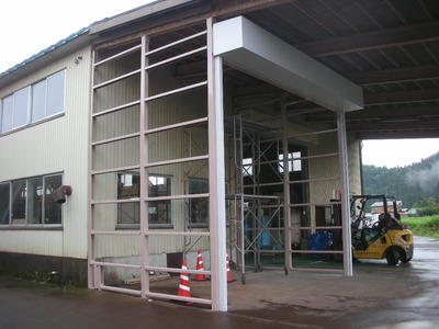 新潟県三条市の屋根外壁塗装リフォーム専門店遠藤組 ポリカ波板貼ります。