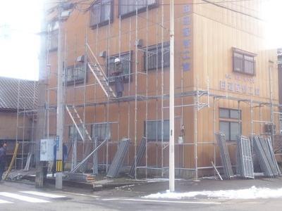 新潟県三条市屋根外壁リフォーム専門店《遠藤組》足場組立作業  今日は2/3くらいのところで終了。