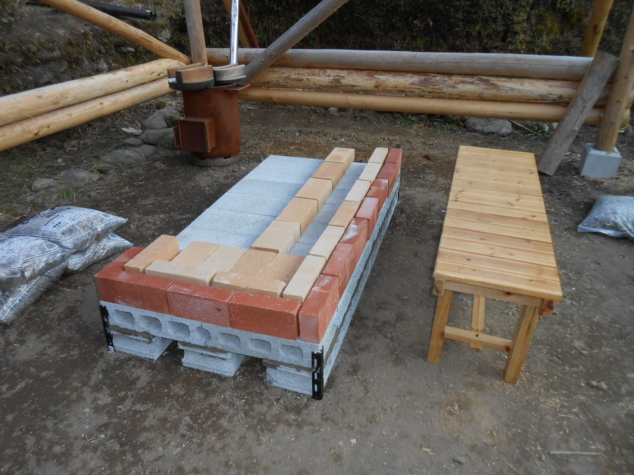 丸木小屋では、囲炉裏造りが始まっています。 : 熊野での田舎暮らし