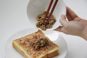 納豆をまぜ、食パンの上にのせる