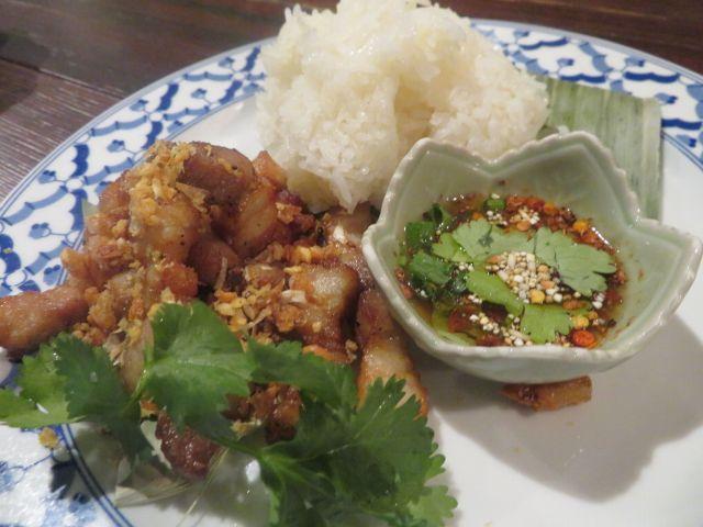 アルコールと相性がピッタリなタイ料理「エンガートード」(鶏の軟骨揚げ)タレも美味!