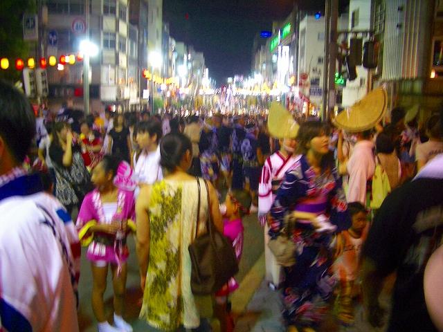 阿波踊り 渾然一体の街中  阿波踊り 踊り子と見物客が渾然一体の街中 阿波踊り 心配そうに桟敷へ