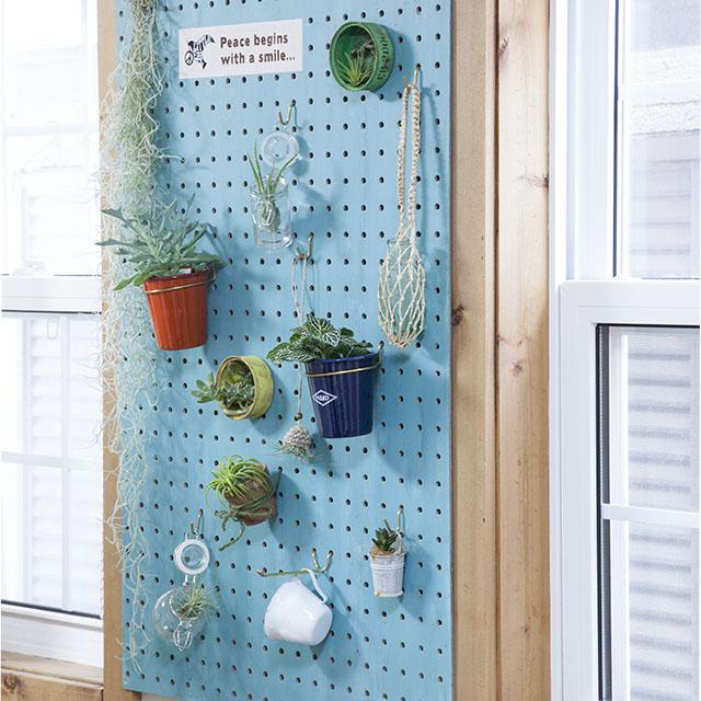 今流行の有孔ボードをペイントして、グリーンを飾ろう!
