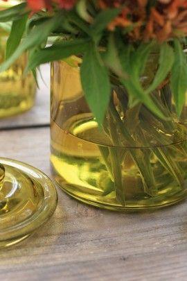 ケイトウの茎は腐りやすいので、 水は少なめの方が良いです。 器に入る部分は、葉を取り除いて、 きれいにしておきます。
