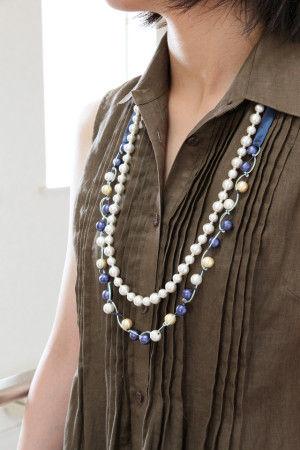 パールと色糸の組み合わせが可愛いネックレス。 単体で着けたり、一色使いのロングネックレスに重ねても おしゃれ! バイアステープの結び方次第で、長さも調整できます。
