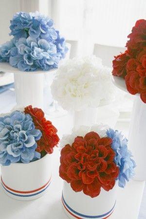 色鮮やかな青・白・赤の アーティフィシャルフラワーで センターピースを作り、