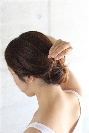 サイドの髪をそれぞれねじって、 ヘアピンで後ろに固定し完成!