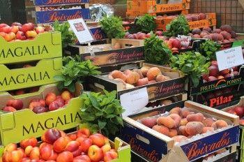 たとえば、野菜の売り場でも さまざまなフルーツの箱の間に ミントのブーケ。 緑が入っているだけで とってもおしゃれ~。