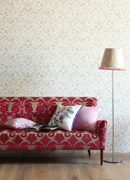 独特のカーブを描く背面とアーム。 1950年代イギリスの家具デザインからインスパイア。 FESTIVAL 3 Seater Sofa ¥532,000(¥353,000~) ランプシェード¥27,715、フロアスタンド¥30,000 クッションカバー左から¥3,200、¥6,500、¥3,800(中材は別売り)