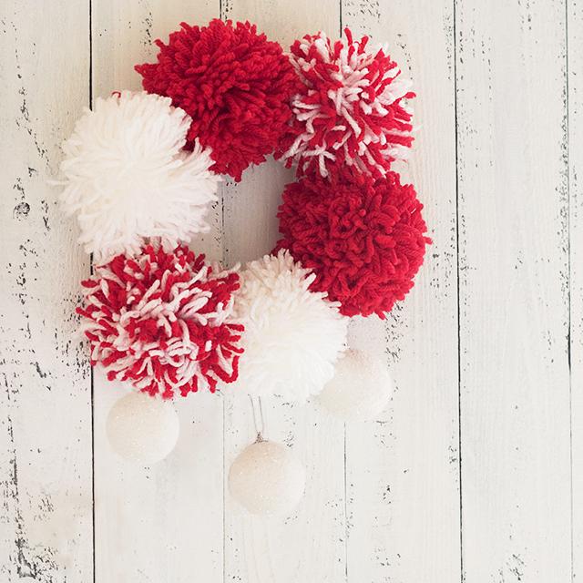 クリスマスカラーの毛糸で♪ 簡単ポンポンリースの作り方