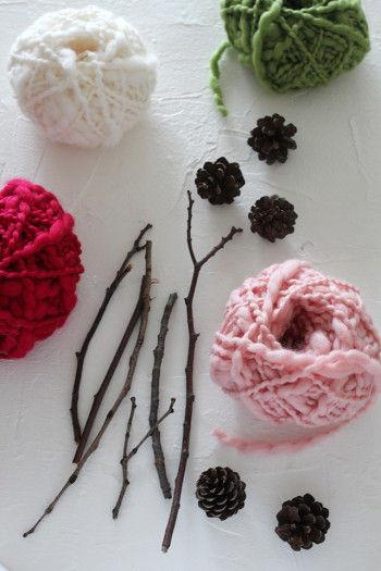 【材料】 ・木の枝 ポキポキっと手で折れるくらいの枝1本(20cmくらい)で1個作れます。 ・毛糸(1個につき30cmくらい使用します) 色はお好みで、少し太めの毛糸の方が巻きやすいです。