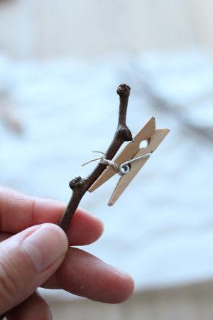 1.軽く水洗いした小枝に紐をぐるぐると巻いて固定します。