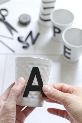 白いカップに貼ります。