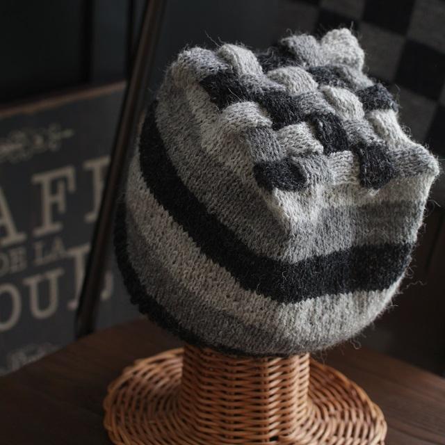 北欧・白樺編みをモバ編みで トップが四角いニット帽