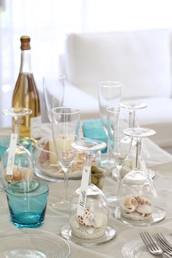 初夏のテーブルを飾る貝殻とワイングラス