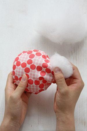 ③布を表に返し、中に綿をぎっしり固くなるくらい詰めて 返し口をまつり縫いでとじます。