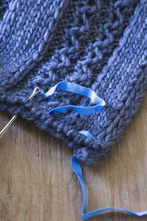 そのまま縫うように出来れば良いのだけど ちょっとキケンだったので 1回、1回ゴム通しを外して 次の編み目から入れ直してリボンを通してね