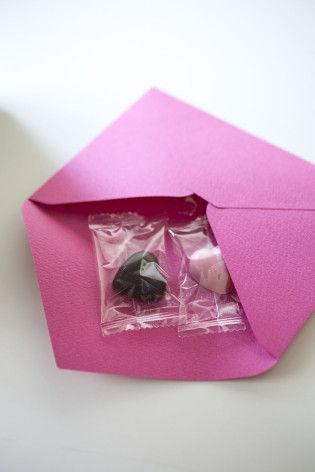 義理チョコ、友チョコにも使えます! ピンク封筒でラッピング♪