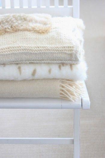 まだ肌寒い春先に、小さめサイズの手編みひざ掛け