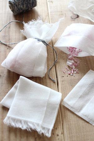 2.削った石鹸をお茶パックに入れて ガーゼで包んで(包み方はお好みで) 上の部分をヒモで結んだら あっという間にできあがり♪