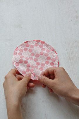 ②布を中表に合わせ、糸を2本どりにして周囲をなみ縫いします。 返し口を4cmくらい残し、返し縫いをして留めます。