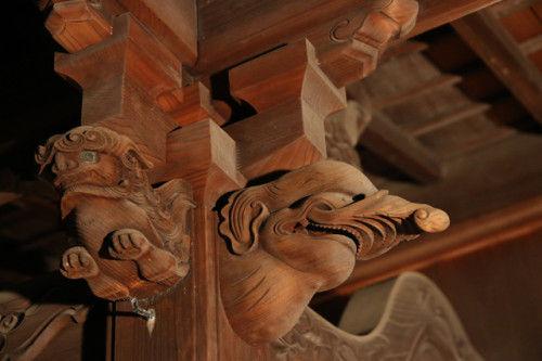 桶屋町の天満宮の柱には 象のモチーフが刻まれています。