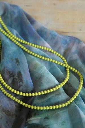 そんなイメージのストールと 蛍光グリーンのネックレスを合わせてみました。 蛍光色もネックレスやブレス、ベルトなど 「小面積」であれば抵抗なく身につけられます。