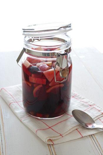 煮沸消毒した容器に、 カットしたフルーツと ぶどうジュースを入れて 混ぜます。 そのまま冷蔵庫で 1日寝かせれば飲み頃です。