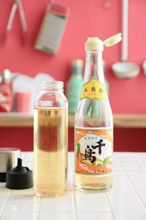 買ってきたままの調味料の瓶は、ふだん扱うには大きすぎたり、 キャップ口が大きくてドボドボ出しすぎたりすることがあるので 調味料入れに移し変えると便利ですよね。