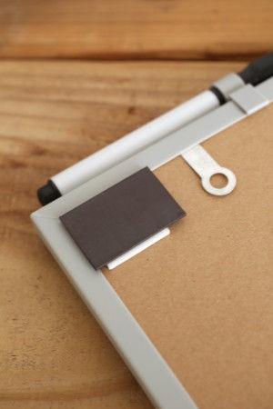 取り付けは簡単。 立てかけるだけでなく、両面テープつきのマグネットが同梱されていて、 冷蔵庫やマグネットOKの収納扉など 家族の目につく場所に取り付けることができます。 引っかけ金具もついているので ヒモを通して壁にかけることも可能です。