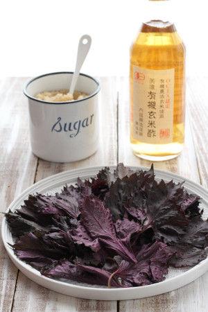 【材料】 赤シソ ・・・・・・ 1袋(300g) お酢 ・・・・・・ 300g(クエン酸やレモンでも可)  砂糖 ・・・・・・ 300g お水 ・・・・・・ 1800ℓ ※砂糖やお酢はお好みで調整ください