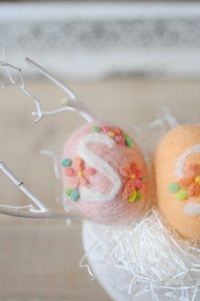 刺繍糸を使う刺繍とちがって 目の大きさをそろえたり、 糸端の始末に気を配る必要がないのが、「羊毛刺繍」の手軽なところ。
