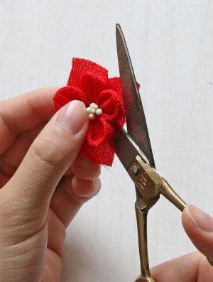 乾いた花の底の部分の余分な布をカットします。これでつまみ細工の梅の花の1輪完成です。