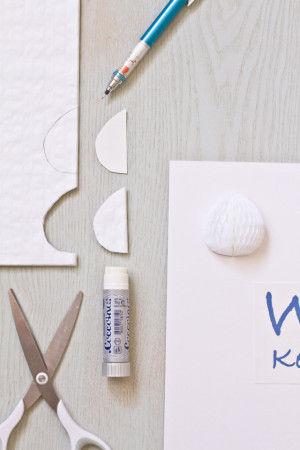 【作り方】 ハニカムペーパーに型紙をあてて ペンで形を書き込み、 ハサミで切り、のりをつけて ボードに貼っていきます。 中央に、文字のコピーを貼り付けます。