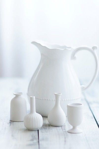 次に、器を準備します^^ 器は白い色で揃えました! 白い花器は、 どんな花色にも合う万能選手。 とても使い勝手がいいです。