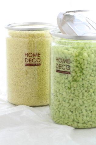カラーサンドは100円ショップダイソーに売っています。細かい砂状のものと小さめの小石状の2種類がありますのでお好みで♪ ※写真で使用している花器も同じくダイソーで購入できます。