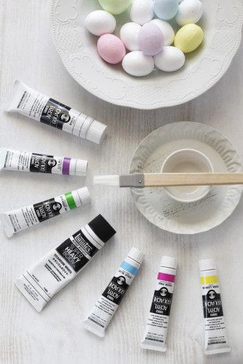 ペイントに使用するのはアクリル絵の具。 発泡スチロールにそのまま塗装しても、 はじくことなくきれいにペイントできます。