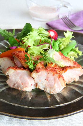 カシスの甘い酸味が加わった、 ややマイルドな風味のマスタードは、 肉料理やソースにあいます。 調味料には珍しいピンク色が印象的! 【材料(鶏もも肉2枚分)】 ・鶏もも肉 2枚 ・塩麹 もも肉の重量の7% ・醤油 小さじ2弱 ・バター 5g ・オリーブオイル 適量 ・ファロ カシス・マスタード 小さじ2