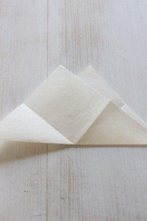 開いてから三角に折ります。