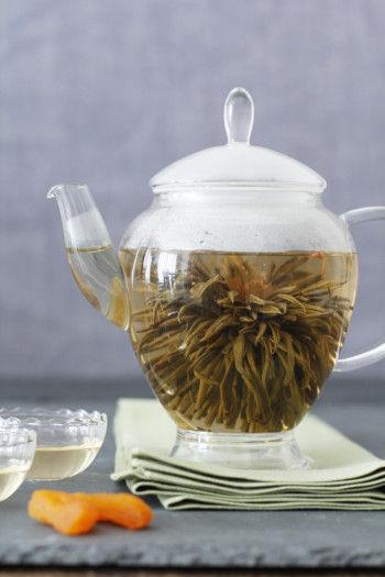 ポットに工芸茶を1粒いれたあと、お湯を注ぎ、蓋をします。 しばらくすると茶葉がだんだんひらいてきますので、 ぜひその様子も楽しんでみて。 数分後、開き終わったときがちょうど飲みごろです。