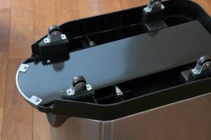 シンプルヒューマンのゴミ箱を 展示販売しているところに出かけて、 底裏にキャスターがつけられる 平らな部分があることを確認済みです。