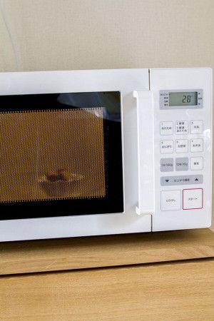 1. 黒糖の固まりを器、またはジップロックなどに入れレンジでチンしてみて下さい。時間は大きさや量によるので、数秒からしてみて下さい。  (ジップロックでチンするときは、ジッパーの1部を空けておいてね)